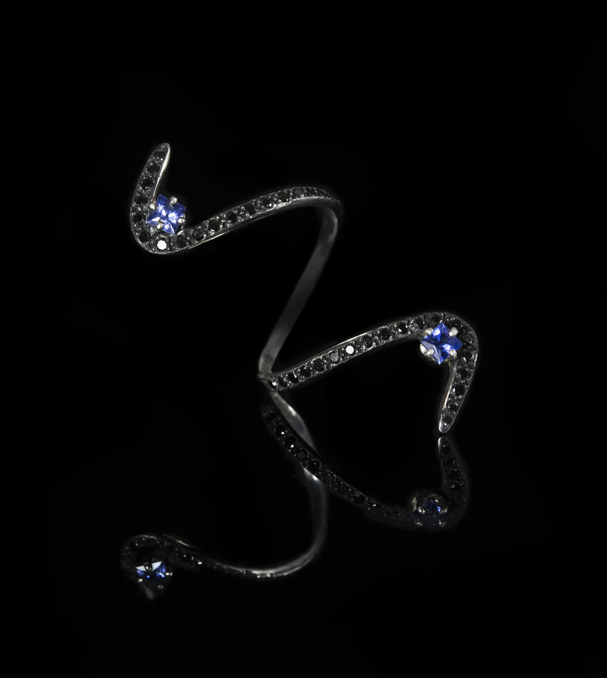 (ultra blue) sapphire 'n black diamond S ring | Paola van der Hulst